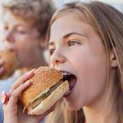 Kinder essen Hamburger – Bildnachweis: gettyimages.de © Brooke Auchincloss